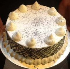 Vanilla cake with chocolate dust
